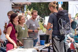 """Am NABU-Stand konnten die Besucher """"Seedballs"""" zusammenstellen. (Foto: Michael Bührke)"""