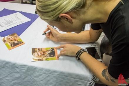 Autogramme schreiben gehört auch zum Tour-Leben. (Foto: Thomas Hölscher)