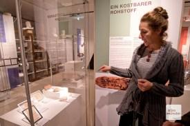 Prof. Dr. Angelika Lohwasser erläutert die Mehrfachverwendung von Papyrus.
