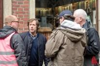 Oliver Korittke im Gespräch mit Set-Aufnahmeleiter Colin Bennett, Kameramann Philipp Timme und Regisseur Martin Enlen. (Foto: cf)