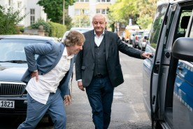Ekki (Oliver Korittke, l.) hat sich leichte Blessuren zugezogen. Wilsberg (Leonard Lansink, r.) hat einen Polizeiwagen für den weiteren Transport organisiert.
