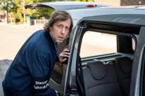 Ekki (Oliver Korittke) führt einen Steuerfahndungs-Einsatz gegen einen Musikalienhändler.