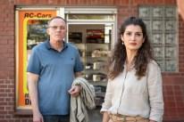 Tillmann Drösser (Dirk Martens), der Besitzer des Modellbaugeschäfts, und die Schneiderin Tahmina Ahmadi (Anastasia Papadopoulou) sind mit den alten Mietverträgen ihrer Läden praktisch unkündbar. Das ist ihrem Vermieter ein Dorn im Auge.