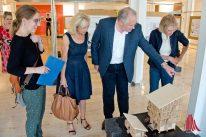 Prof. Gardemann vermittelt Cornelia Wilkens (l.) und der Leiterin von Münster Marketing, Bernadette Spinnen (2.v.l.), Hintergrundinformationen zu den gezeigten Arbeiten. (Foto: Michael Bührke)
