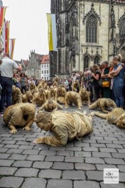 """Die """"Creatures"""" von Theater Titanick und Bodytalk. (Foto: Ralf Clausen))"""