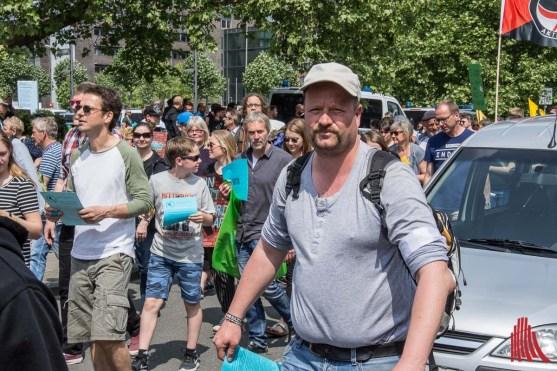 """Carsten Peters vom Bündnis """"Keinen Meter den Nazis"""" hat die Demonstration organisiert. (Fot: th)"""