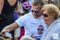 """""""Overbeck"""" Roland Jankowsky sammelt dabei Spenden nicht nur mit dem Verkauf von Getränken, sondern auch mit Selfies. (Foto: Tanja Sollwedel)"""