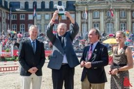 Züchter Antonius Schulze Averdiek (Mitte) erhält den Ramses-Preis. (Foto: th)