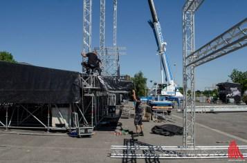 Trotzdem aller Technik ist für den Bühnen-Aufbau viel Manpower gefragt. (Foto: th)