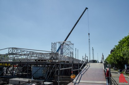 Gerade werden die Stützen für die Dächer der Open-Air-Bühnen montiert. (Foto: th)