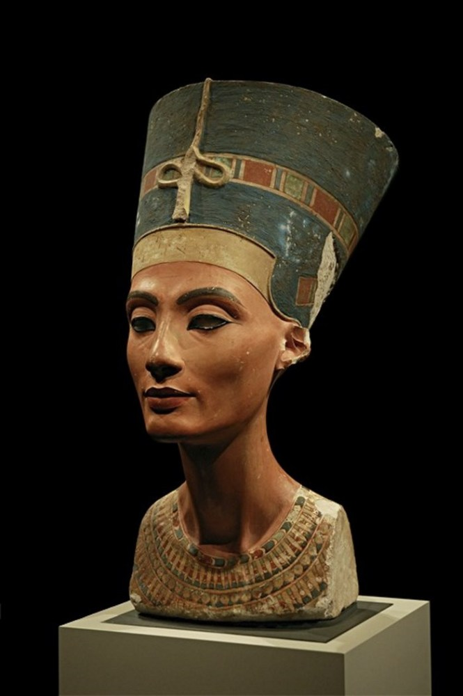 Nefertiti - TOP 10 MOST FAMOUS LEGENDARY QUEENS OF THE WORLD