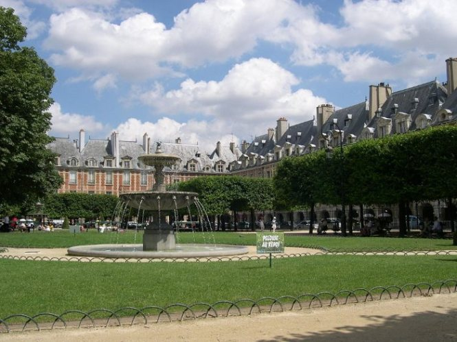 Place des Vosges - TOP 10 TOURIST ATTRACTIONS IN PARIS - 10 ORIGINAL THINGS TO DO IN PARIS