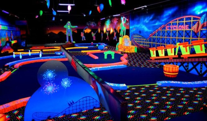 glow in the dark midgetgolf - TOP 10 IDEAS FOR A FIRST DATE