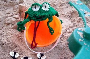 crochet frog with flies
