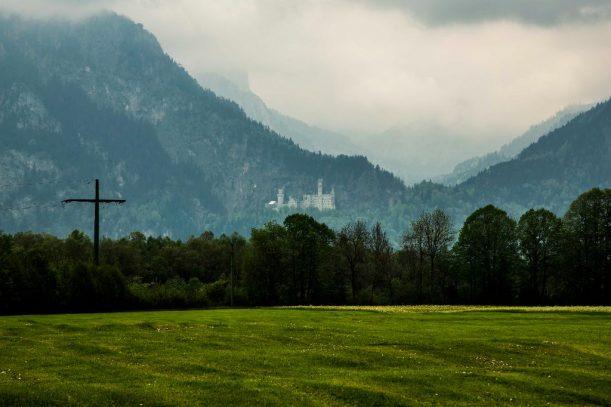 Mystischer Blick auf das Schloss Neuschwanstein an der Radrunde Allgäu.
