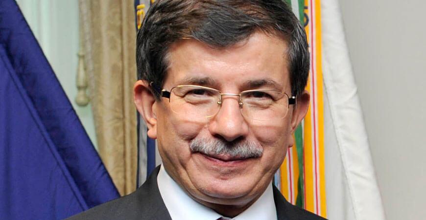 Haben alle außer ihm beim Flüchtlingsdeal nix zu lachen. Drum grinst er sich einfach mal eins für sich in's Fäustchen: Türkiye Ministerpräsident Ahmet Davutoğlu.