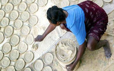 So urwüchsig und bodenständig wird die Delikatesse von typischen haitianischen Mamans in traditioneller Weise hergestellt und direkt auf den örtlichen Märkten verkauft.