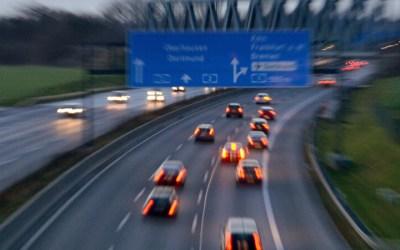 Diese Autofahrer machen's richtig. Wer schön brav rechts bleibt, zahlt auch keine Autobahnmaut!