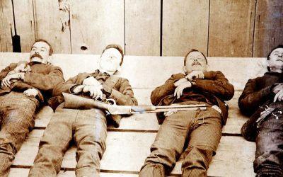 Wurden im allgemeinen Freudentaumel versehentlich mit weggepustet: Die schon seit langem gesuchten Bankräuber Joe, Jack, William und Averell Dalton.