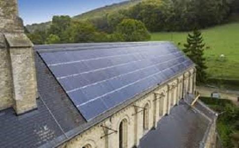 La commune de Malaunay, au nord de Rouen (Seine-Maritime) a posé 135 mètres carrés de tuiles photovoltaïques de marque FranceWatts sur le toit de l'église en premier lieu.