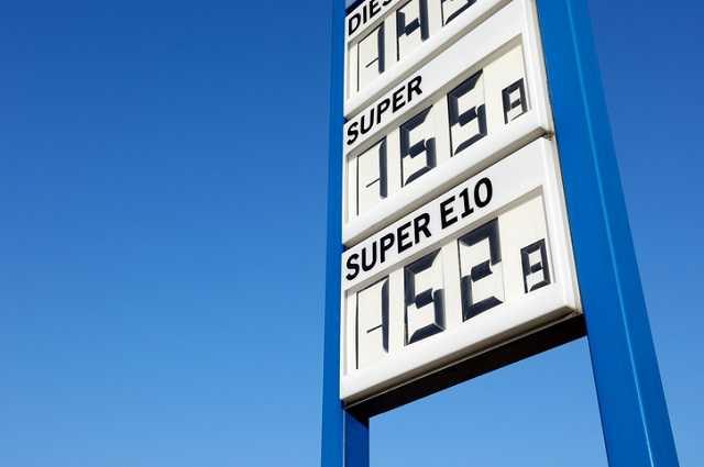 Tankstellen-Schild mit Kosten für Kraftstoffe