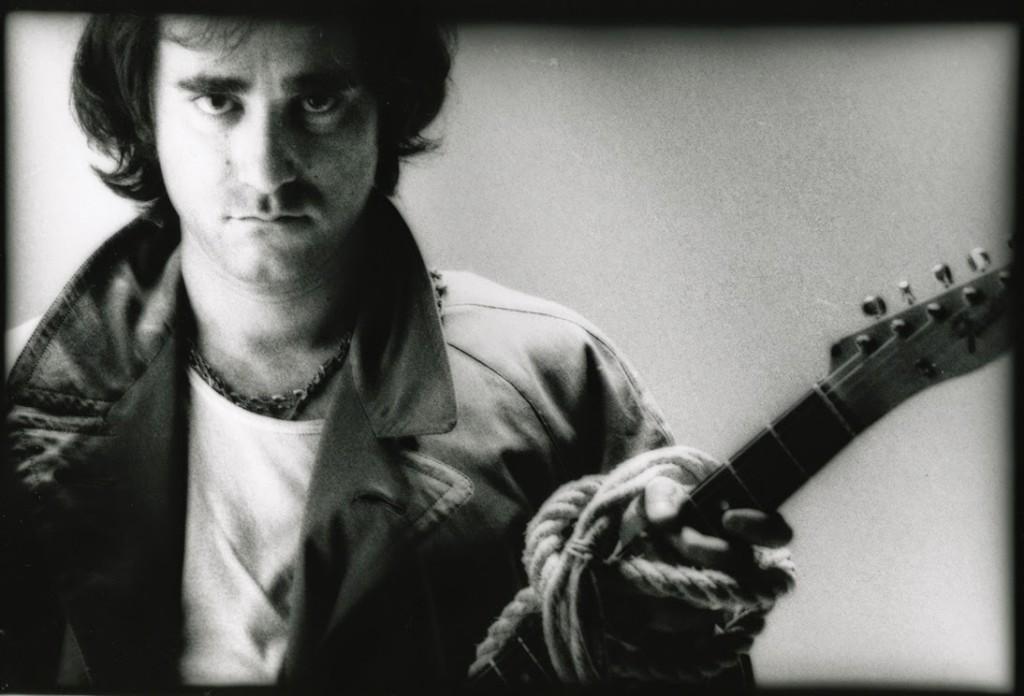 Ivan Graziani con chitarra_bn_orizzontale