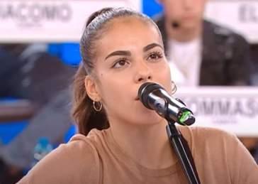 """Amici di Maria De Filippi: Alessandra, chitarra alla mano, presenta il suo inedito, """"Due minuti"""" (TESTO e AUDIO)"""