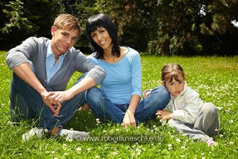 Familie sitzt im Park