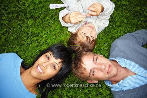 Familie im Gras