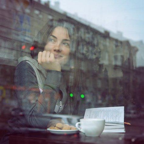 Abb. 5.112: Nicht nur die Aufnahme durch das Glas lässt das Bild so spontan erscheinen - auch der geringe Kontrast und die kühle Farbtönung (© vita khorzhevska/Shutterstock)