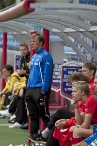 Erik Edman tittar intensivt ut på planen, han funderar nog på hur han ska vända 1-2 underläget