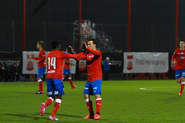 Anton Webe gratulerar Lalawele Atakora till 2-2 målet Foto: Samone Klinteberg