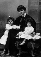 Alma Mahler mit Töchtern