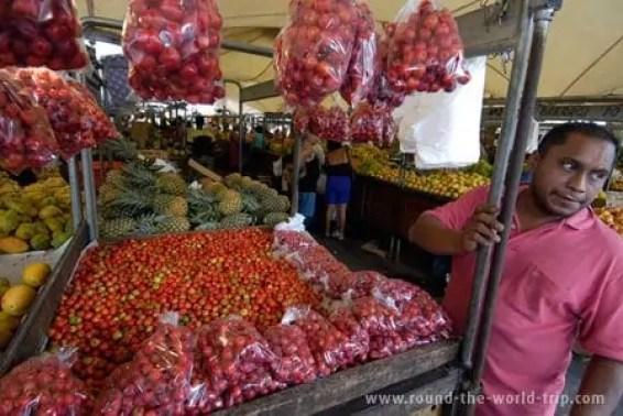 Vendedor de acerola, mercado Ver-o-Peso, em Belém, Brasil