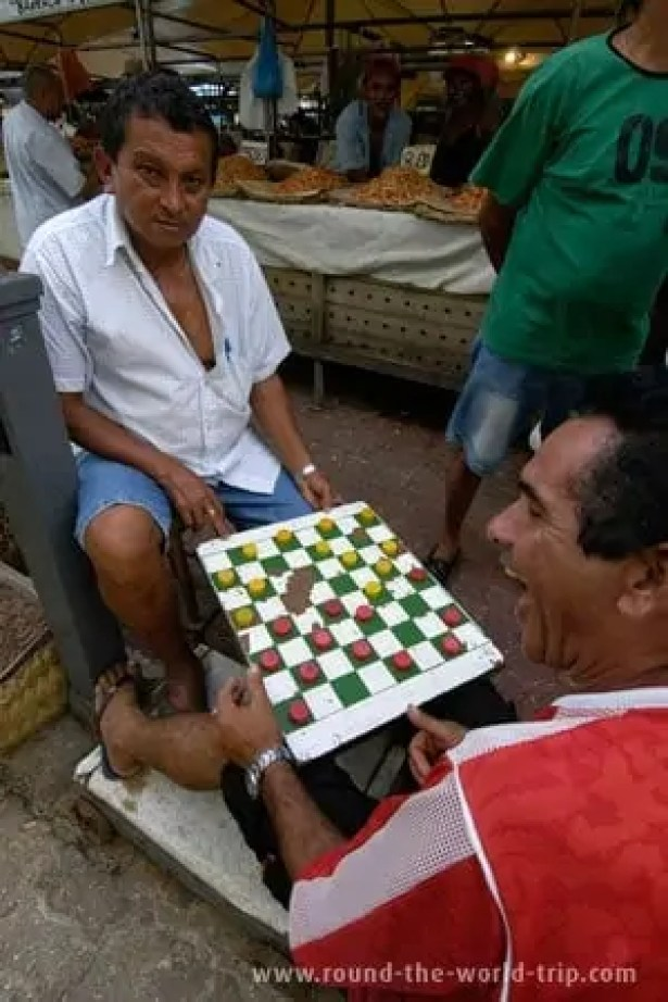 Jogando damas no mercado Ver-o-Peso, em Belém do Pará
