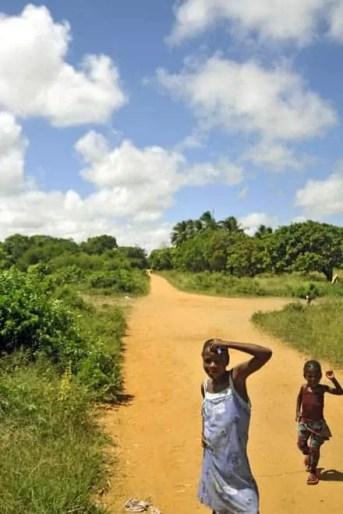 As crianças pululam nas aldeias de Moçambique