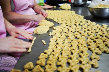 Fazendo biscoitos de orelha na Cooperativa de Artesanato Santa Maria