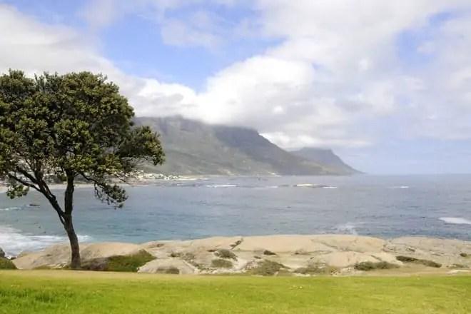 Vista sobre a praia de Camps Bay, frequentada pelos surfistas da Cidade do Cabo, África do Sul