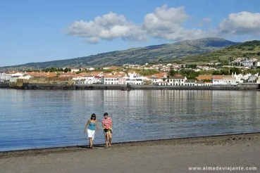 Praia de Porto Pim, com o casario da cidade da Horta em pano de fundo