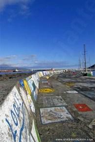 Muro da marina da Horta com pinturas de velejadores de todo o mundo