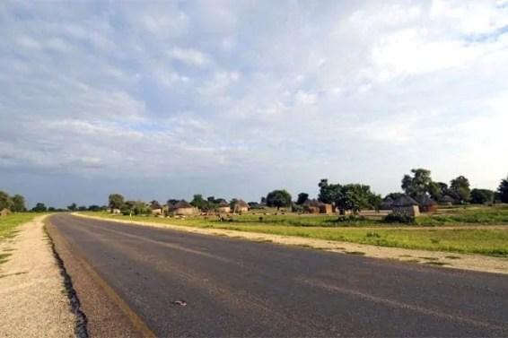 Estrada a caminho de Maun, a autoproclamada porta de entrada no Delta do Okavango