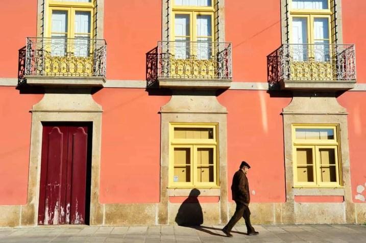 Um homem passa junto ao Museu do Brinquedo