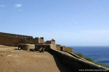 Duas turistas estrangeiras passeiam no interior do Forte de São Filipe