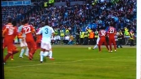 La Lazio reclama il rigore. Dias in fuorigioco toccherà per Mauri.