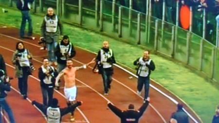 De Rossi festeggia con la sua CURVA SUD. Romanità palpabile.