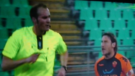 Vibranti proteste di Totti contro l'arbitro Russo. Chi lo ha mandato e perchè?