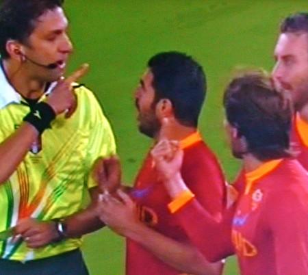 Arbitro in confusione, la Roma protesta solo in campo!