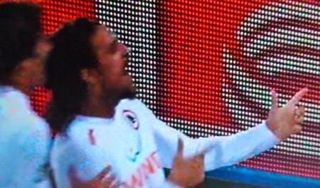 Osvaldo festeggia con la mitraglia lo 0-2