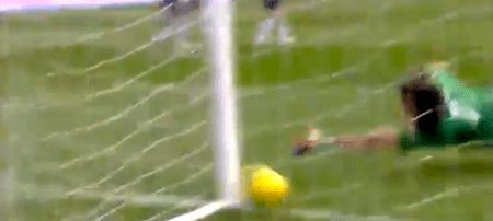 Il pallone di Totti s'infila per il 2-0