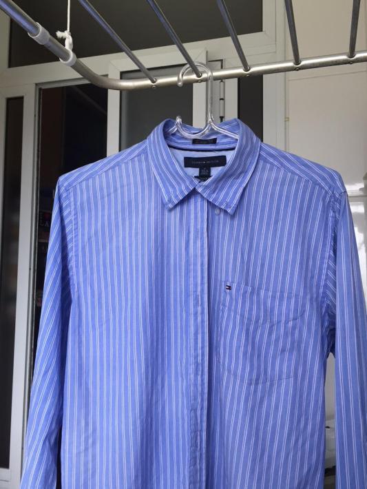 Camisa social secando no cabide